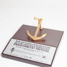2014年参加韓國釜山國際龍舟邀請賽大會送贈本會之記念品