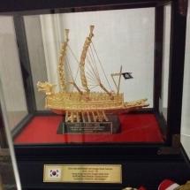 2016年參加韓國仁川國際龍舟邀請賽大會送贈本會之記念品